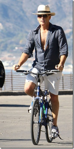 pierce-brosnan-beach-bicycling-08