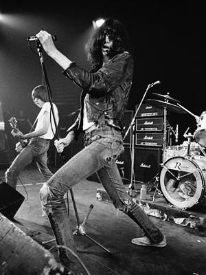 03ade5ccff422 5 – Joey Ramone (Ramones) – muito antes de Fresno, NX Zero e Restart usarem  e abusarem das calças skinny, Joey Ramone e seus companheiros de banda já  tinham ...